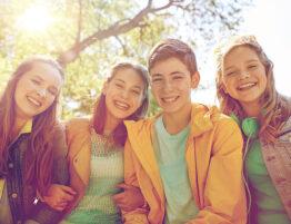 gruppo di adolescenti che sorridono